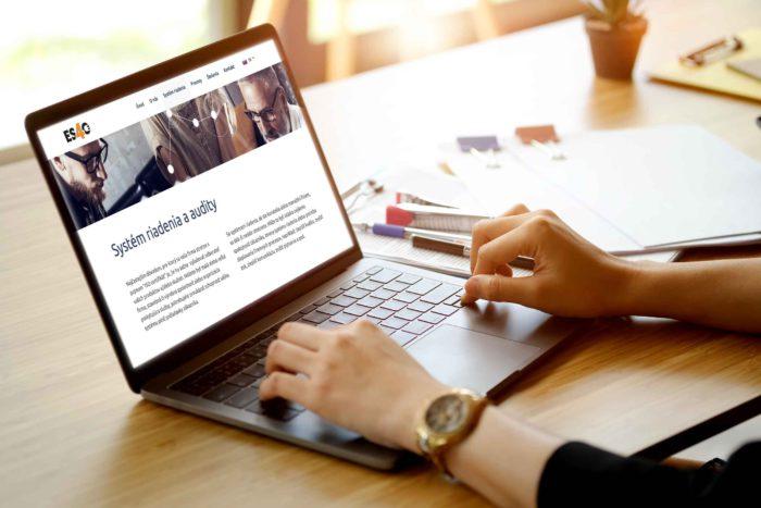 Fotografia počítače, na ktorého obrazovke je webová stránka www.esfo.sk