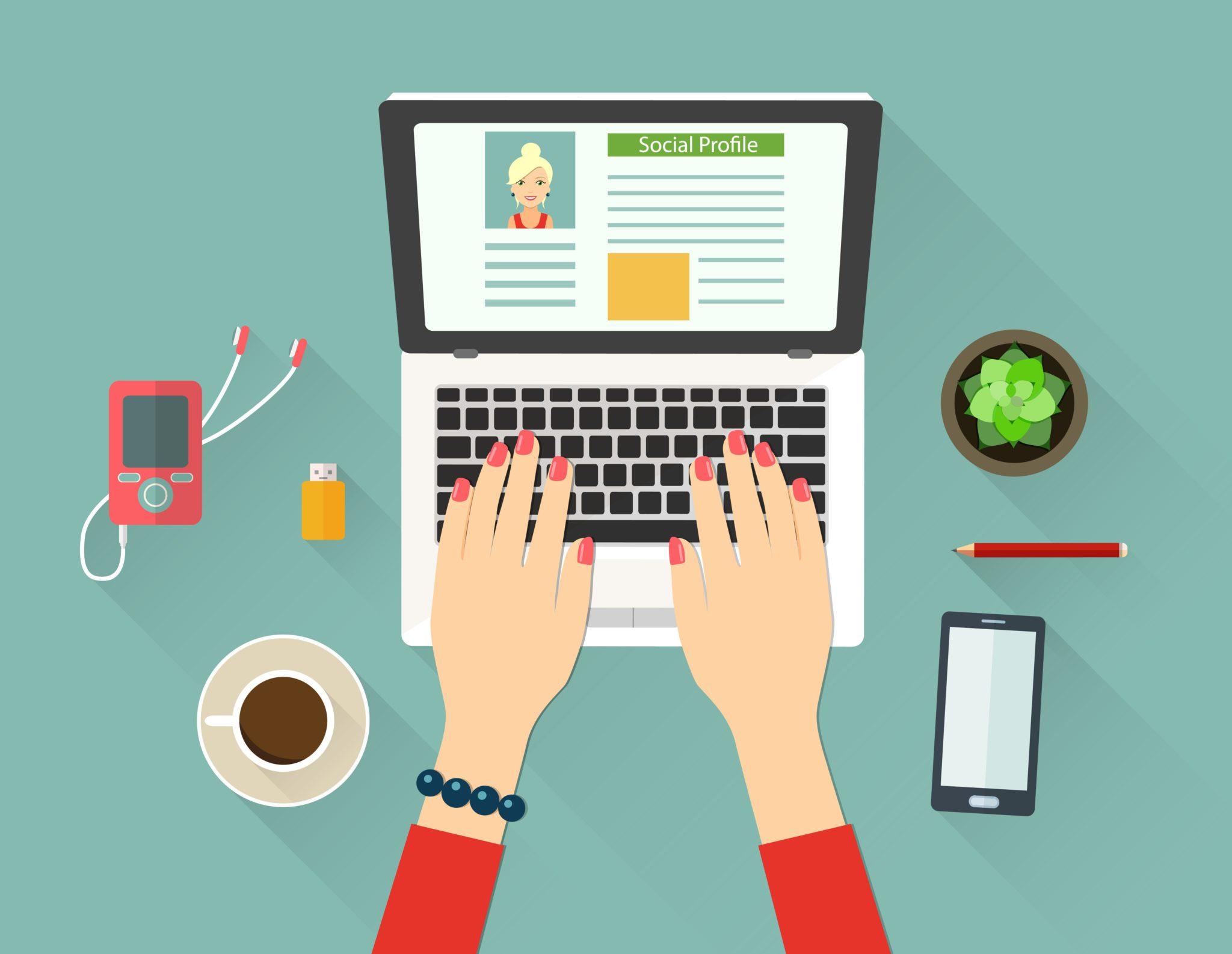 Ilustračný obrázok k článku ako si napísať obsah webovej stránky sám ukazuje phľad na laptop, okolo neho veci a ženské ruky, ktoré píšu na klácesnici.