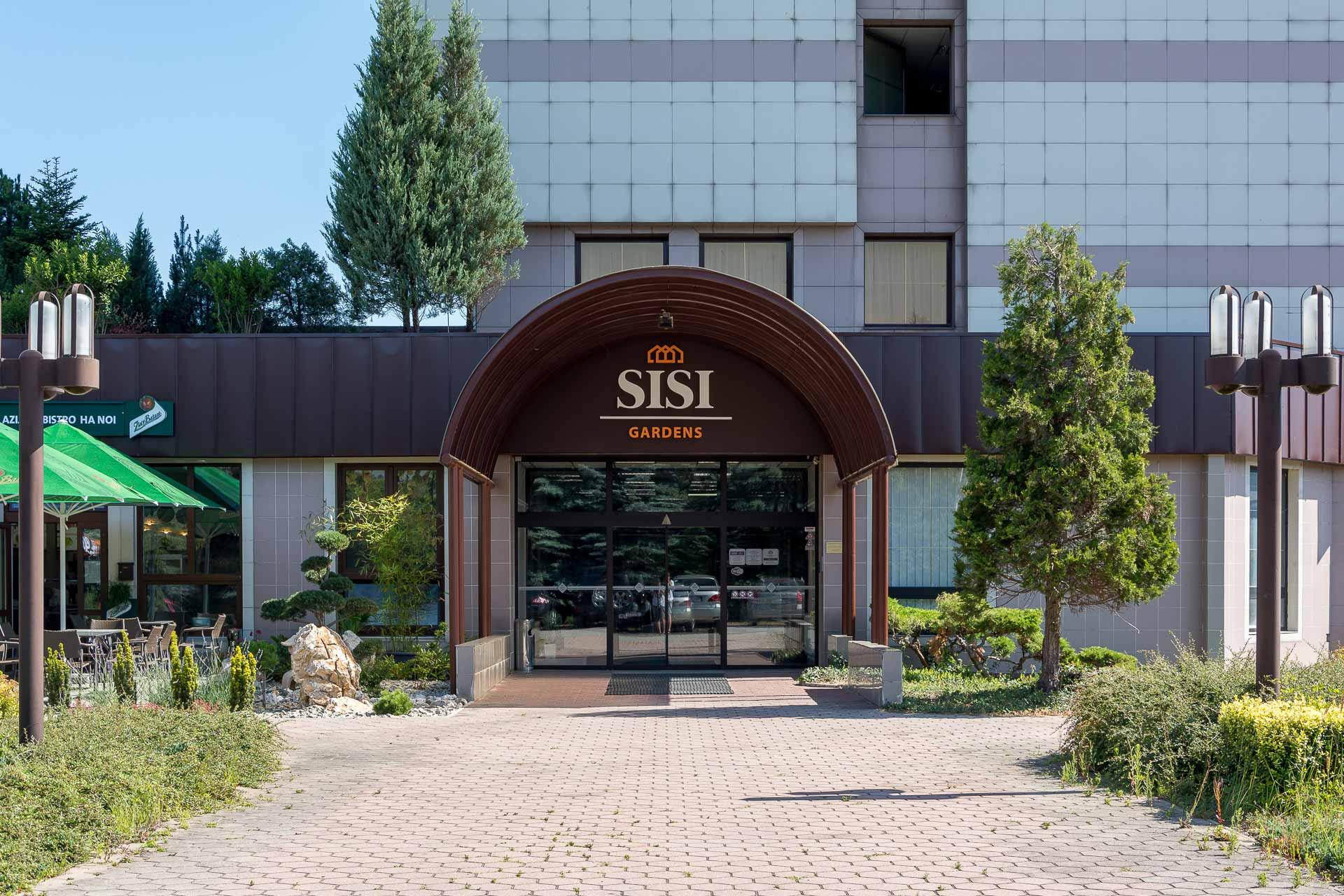 Titulná fotografia ku článku o tvorbe animovaného loga Sisi Gardens. Na obrázku je hlavný vchod do polyfunkčného objektu Sisi Gardens v Púchove.